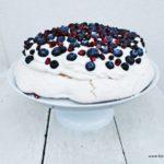Pavlova - słodki bezowy deser z kremem waniliowym i owocami